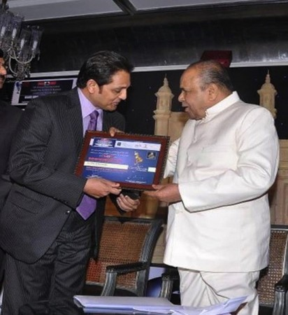 Dr Mukesh Hariawala receiving award from Maharashtra Governor K Sankaranarayan