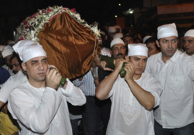 Bollywood actor Aamir Khan (3rd R) and brother Faisal Khan (L) carry the body of their father Tahir Hussain during his funeral in Mumbai February 3, 2010.