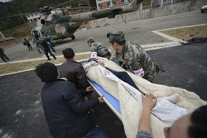 Rescuers rush to carry a victim onto a helicopter after a strong 6.6 magnitude earthquake hit Taiping town of Lushan county, Sichuan province April 20, 2013. (Reuters)