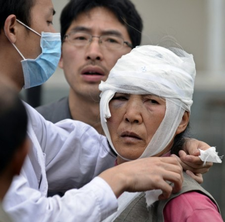 An injured woman looks up as she is being treated after a strong 6.6 magnitude earthquake hit the remote, mostly rural and mountainous Lushan county, Ya'an, Sichuan province, April 20, 2013.(Reuters)