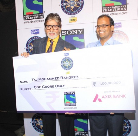 Amtabh Bachcan with 1 Crore Winner Taj Mohammed Rangrez (photo: Varinder Chawla)