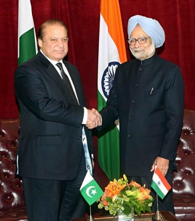 Pakistan Prime Minister Nawaz Sharif with Indian Prime Minister Manmohan Singh