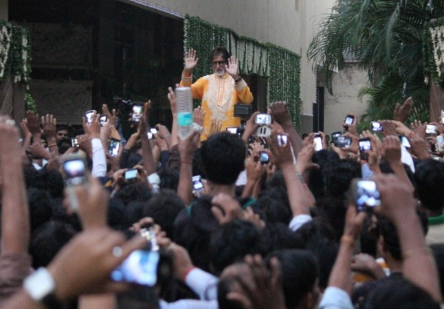 Amitabh Bachchan Obliges to Fans on the occasion of Diwali ( Varinder Chawla)