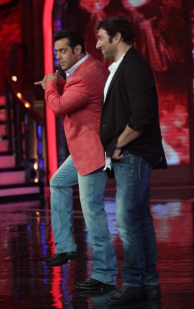Salman entertains with Sunny Deol by his side (photo Varinder Chawla)