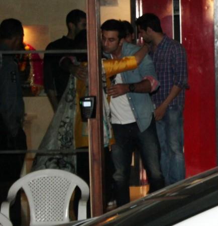 Ranbir gives warm hug to cousin Kareena Kapoor (Varinder Chawla)