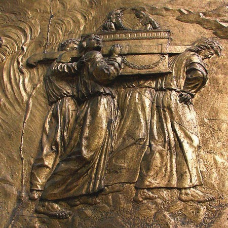 Carrying the Ark of the Covenant: gilded bas-relief at the Auch Cathedral