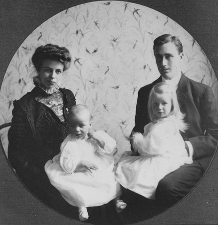 Eleanor and Franklin with their two eldest children (Wiki Commons)
