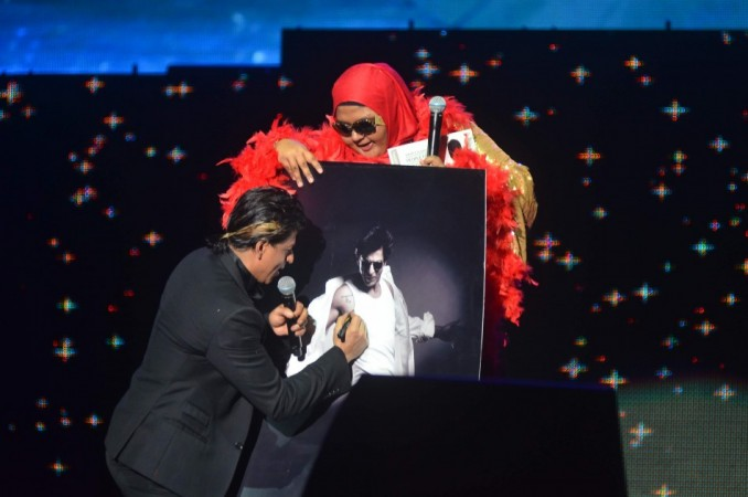 SRK with a fan on the stage for Temptation Reloaded 2014 Malaysia (Varinder Chawla)
