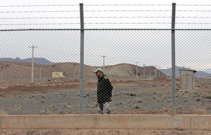 An Iranian soldier stands guard inside the Natanz uranium enrichment facility, 322km (200 miles) south of Iran's capital Tehran March 9, 2006. REUTERS/Raheb Homavandi