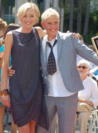 Ellen DeGeneres (R) and wife Portia de Rossi (Photo:WikimediaCommons/AngelaGeorge)