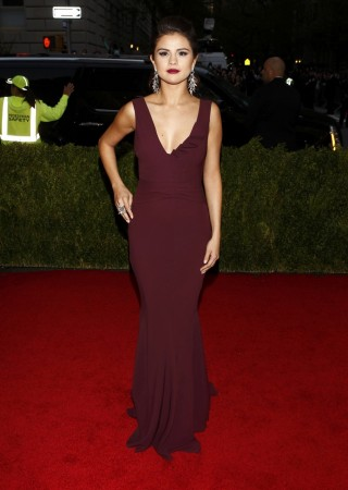 "Actress Selena Gomez arrives at the Metropolitan Museum of Art Costume Institute Gala Benefit celebrating the opening of ""Charles James: Beyond Fashion"" in Upper Manhattan, New York May 5, 2014.   REUTERS/Carlo Allegri"