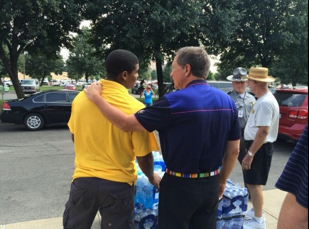 Governor Kasich with volunteers delivering water to Toledo
