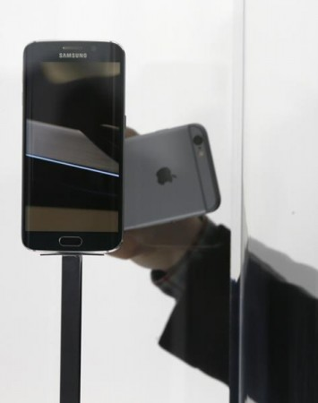 Visitors check out the new Samsung Galaxy S6 smartphone during the Mobile World Congress in Barcelona March 2, 2015.