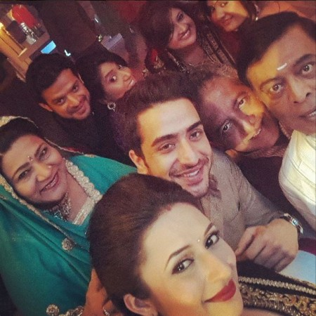 Team 'Yeh Hai Mohabbatein' celebrates 400 episodes by posing for a selfie