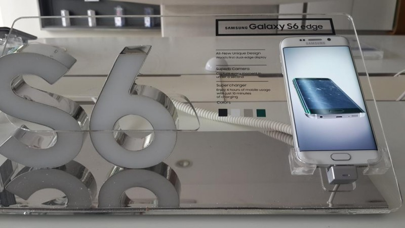 Samsung Galaxy S6 Edge on Display