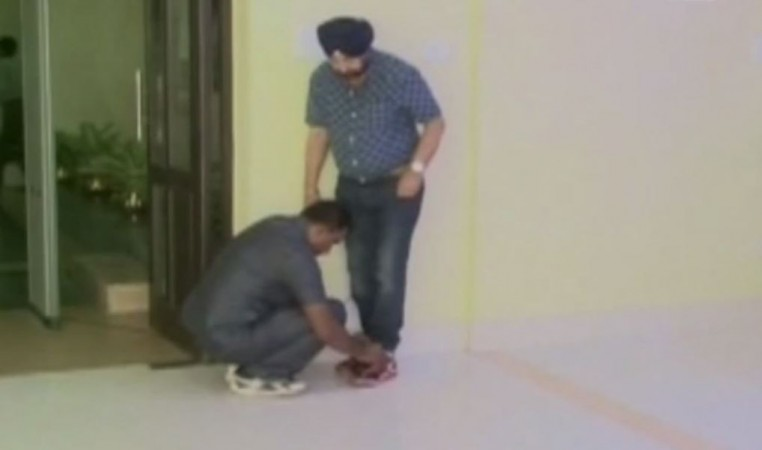Bengal minister asks security guard to tie shoes