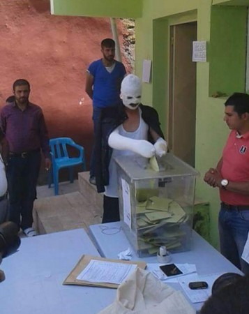 A man injured in the Diyarbakir bomb blast casting his vote on Sunday