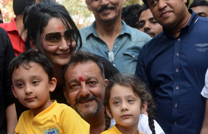 Sanjay Dutt poses with his family after releasing from Yerwada jail