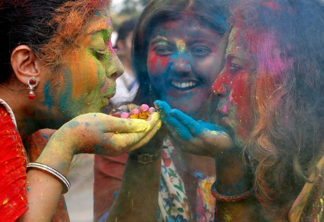 Happy Holi 2017: When Indians smear themselves with various shades of colour [PHOTOS] - IBTimes India