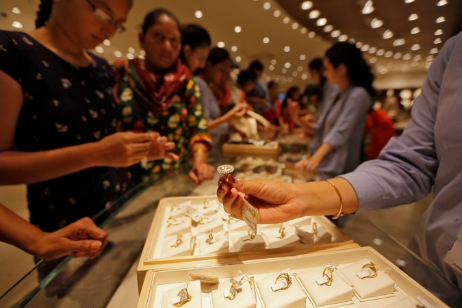 Gold dips as US-China trade war fears ebb