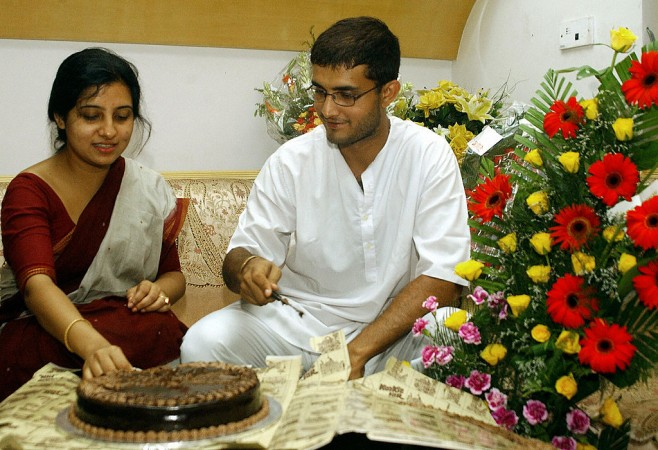 Sourav Ganguly (R) cuts a cake as he celebrates his 32nd birthday accompanied by his wife Dona at their home in Calcutta, 08 July 2004