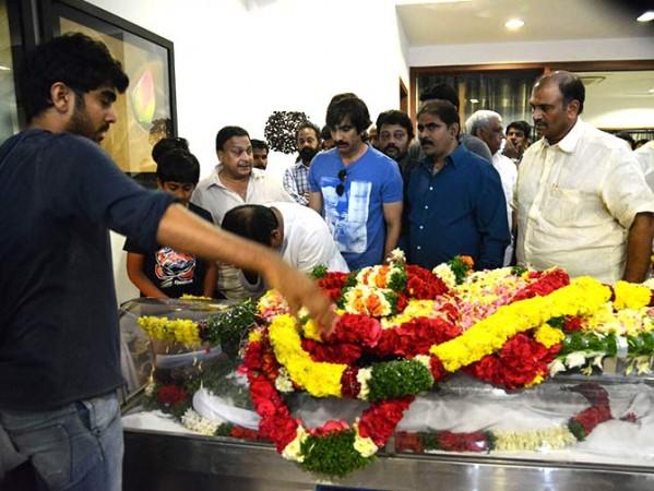 Ravi Teja seen paying last respects to Rama Naidu