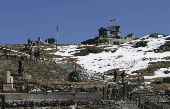 Indian army soldiers are seen after a snowfall at the India-China trade route at Nathu-La, 55 km (34 miles) north of Gangtok, capital of Indian state of Sikkim, January 17, 2009