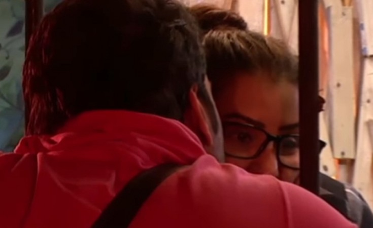 Vikas Gupta kisses Shilpa Shinde
