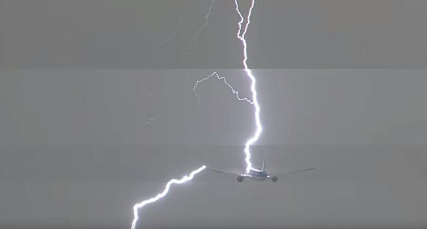Terrifying moment: Passenger plane struck by huge lightning bolt above Amsterdam [VIDEO] - IBTimes India