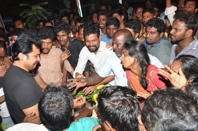 Karthi Breaks Down at his fan's funeral