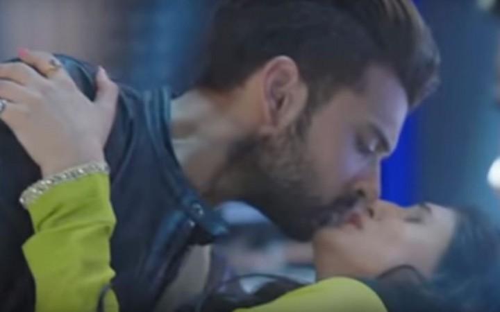 Kiss Day 2018, Karan Kundra and Saanvi Talwar kiss