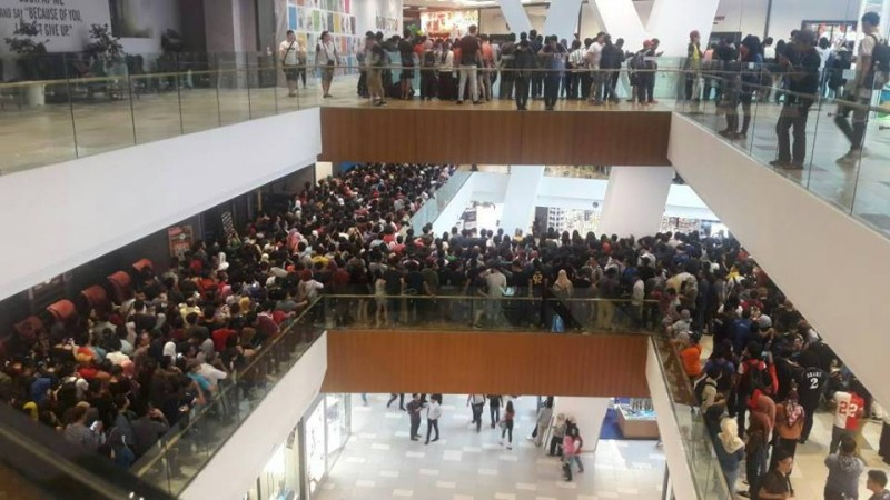 Mob at Apple retailer in Malaysia