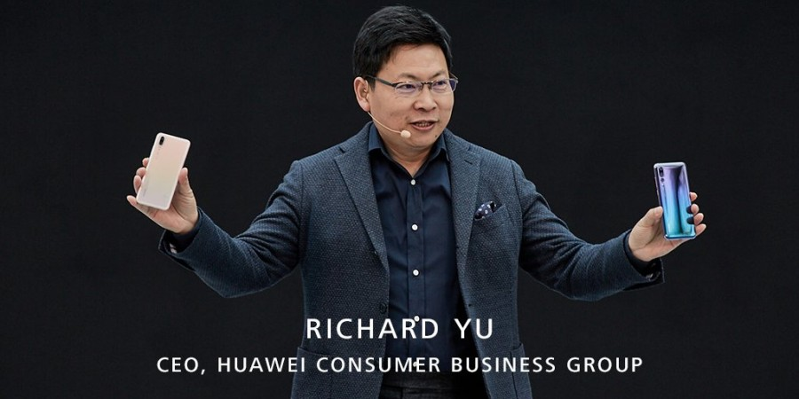 Huawei Consumer Business CEO Richard Yu showing the P20 and P20 Pro at launch