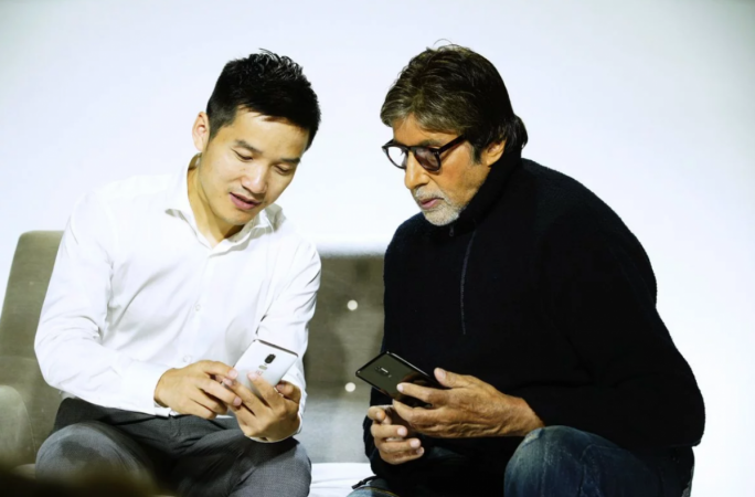 Amitabh Bachchan caught red handed with OnePlus 6