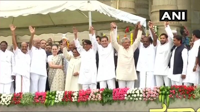 Opposition parities' bonhomie at the Karnataka Chief Minister HD Kumaraswamy's swearing in ceremony