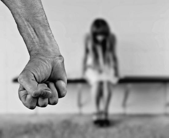 Kleine Mädchen nackt gezwungen, Schwarze Strumpfhosen vorführen