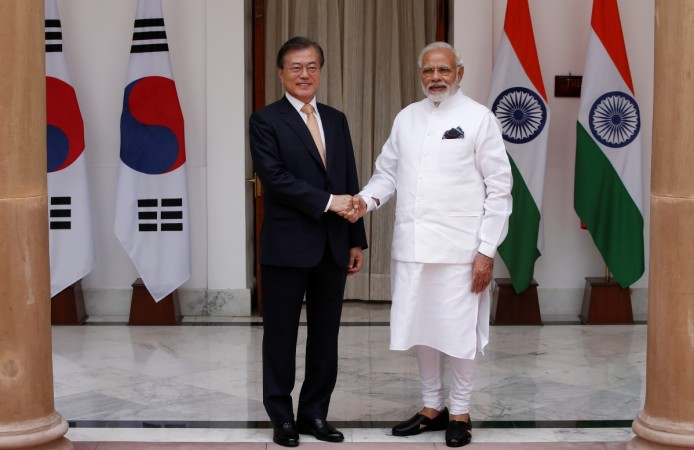 Moon Jae-in shakes hands with Narendra Modi