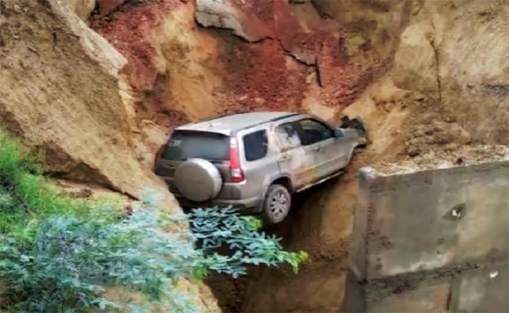SUC stuck in a sinkhole on Agra-Lucknow expressway