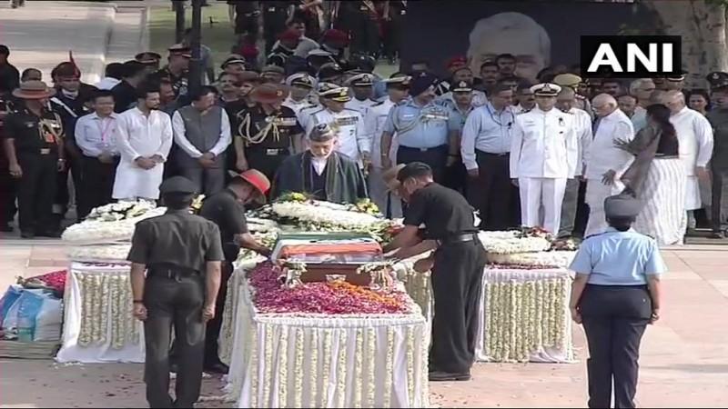"Atal Bihari Vajpayee funeral ""title ="" Former President of Afghanistan Hamid Karzai pays final respect."