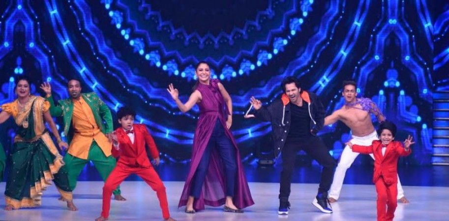 Varun Dhawan and Anushka Sharma perform on stage on Dance Deewane Grand Finale.