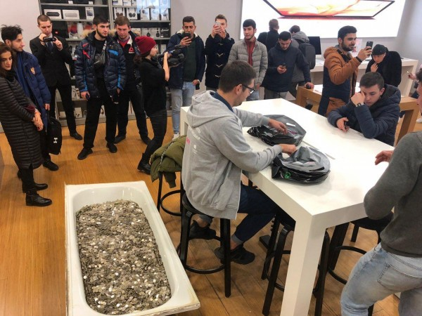 Russian man buys iPhone XS in a strange manner