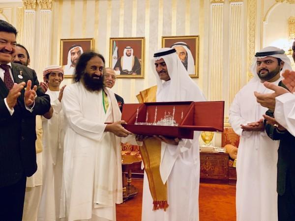 HH Sheikh Hamad bin Mohammad Al sharqi presents a memento to Gurudev Sri Sri Ravi Shankar as part of his maiden visit to the UAE
