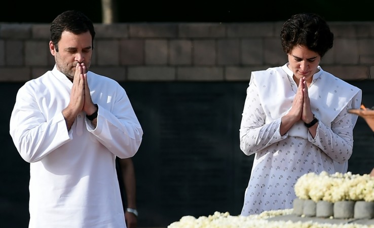 Indian Congress party president Rahul Gandhi (L) with his sister Priyanka Gandhi pay tribute to their late father