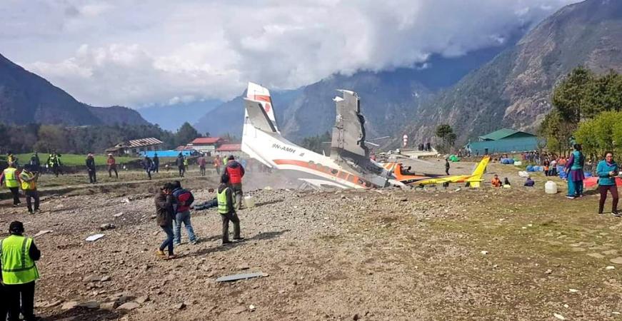Lukla airport near Mount Everest in NepaL ile ilgili görsel sonucu