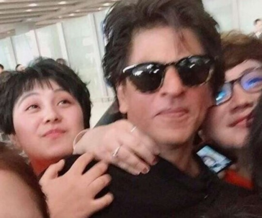 Shah Rukh Khan mobbed