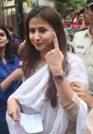 Urmila Matondkar casts her vote in Elections 2019