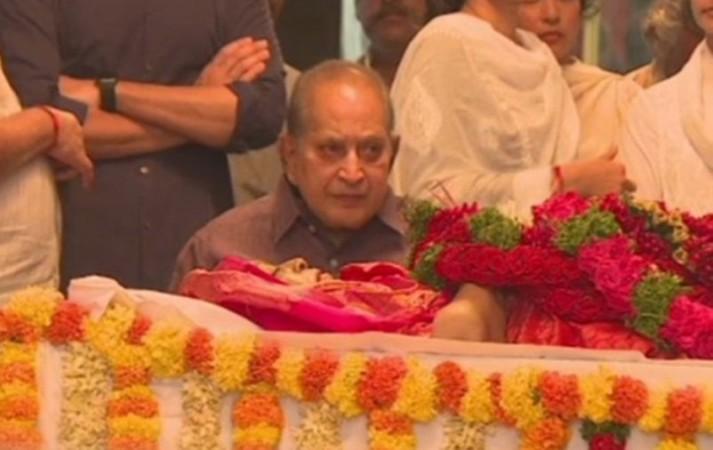 Superstar Krishna is in tears to see Vijaya Nirmala's mortal remains