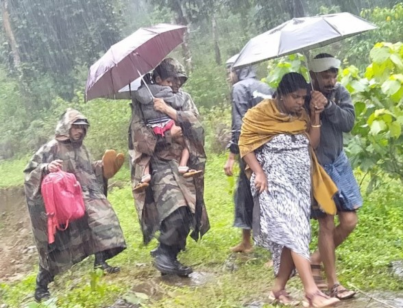 Indian Army rescuing people in Kerala due to floods