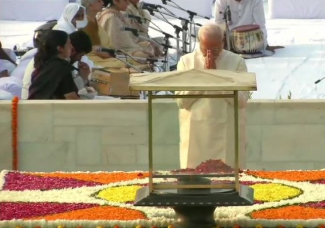 Modi pays tribute to Gandhi