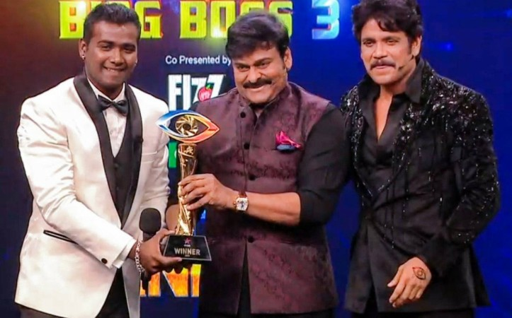 Chiranjeevi presenting the winner's trophy of Bigg Boss Telugu 3 to Rahul Sipligunj